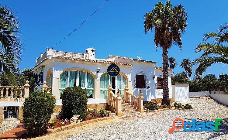 Soleada Villa estilo Tradicional con Garaje y PISCINA en
