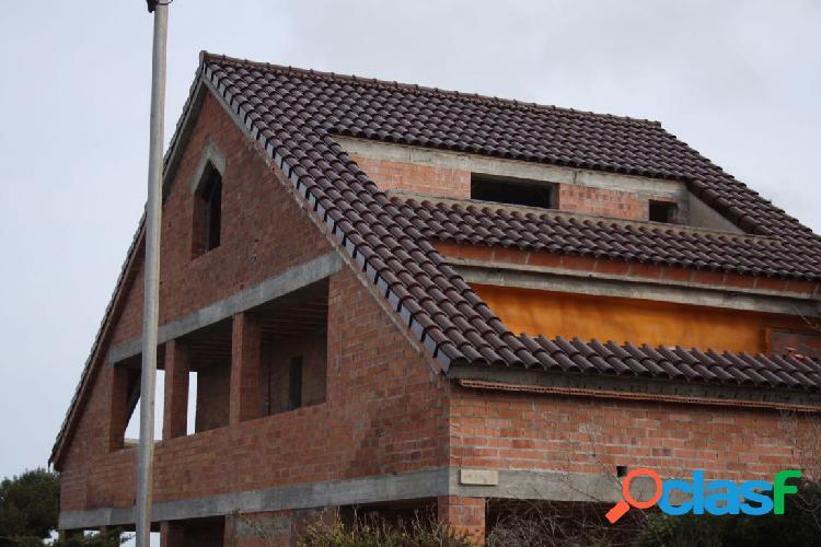 Terreno de 998 m con estructura de casa construida más casa