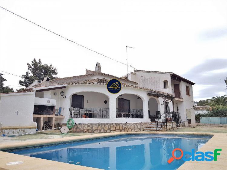 Villa Mediterránea de 4 dormitorios y 2 baños sobre