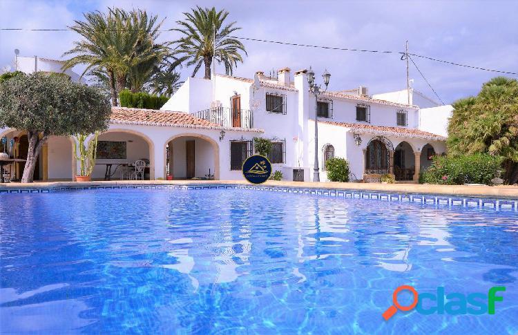 Villa Mediterránea ? de 5 dormitorios a 4 min paseando del