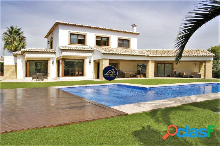 Villa de Lujo de estilo Mediterraneo en Parcela Soleada de