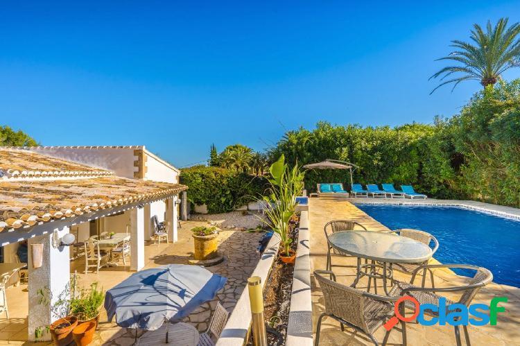 Villa de estilo mediterráneo cercana a la playa en venta en