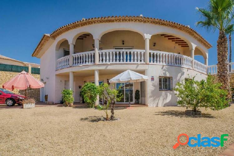 Villa de estilo mediterráneo con piscina privada en la