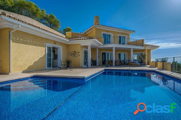 Villa de estilo tradicional en perfecto estado con
