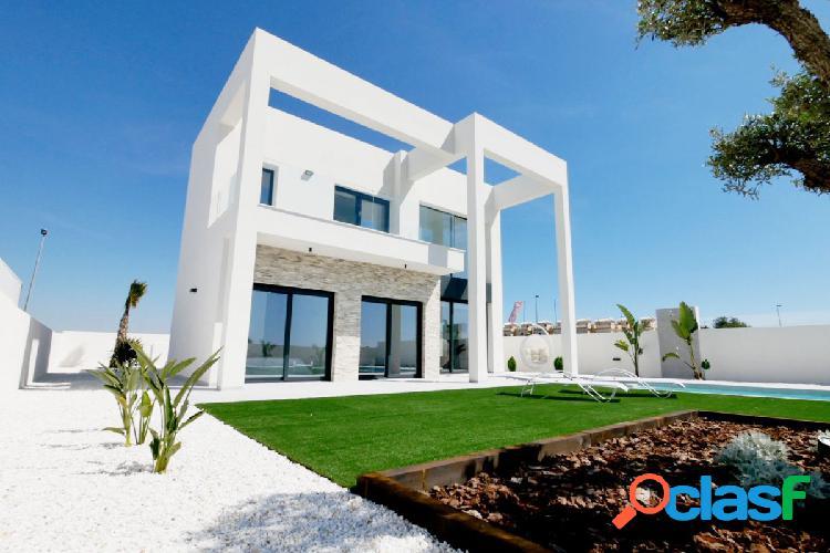 Villa de lujo de 4 dormitorios, piscina y parcela de 523 m2