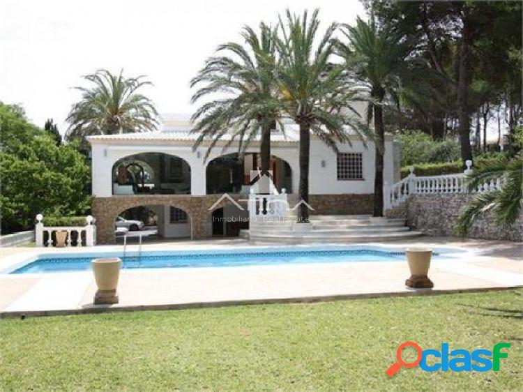 Villa de lujo situada frente al Arenal, a solo 900 metros de