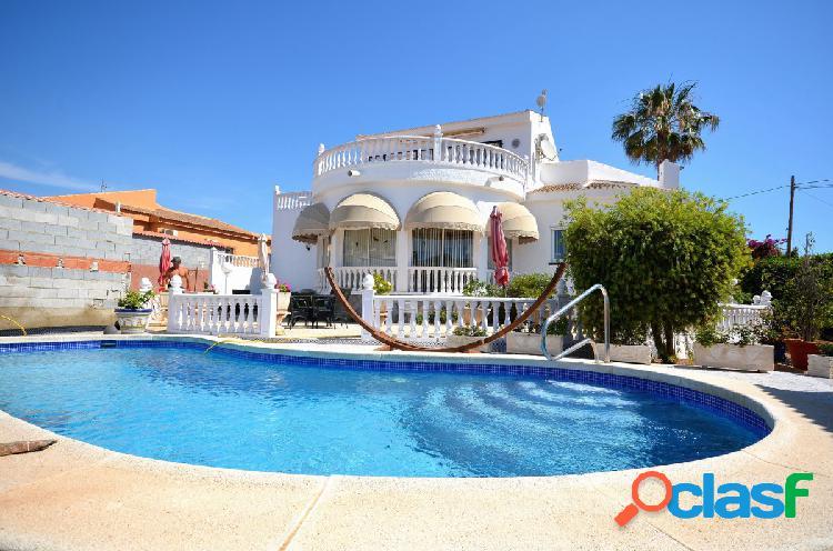 Villa en San Luis con piscina privada y parcela de 800 m2