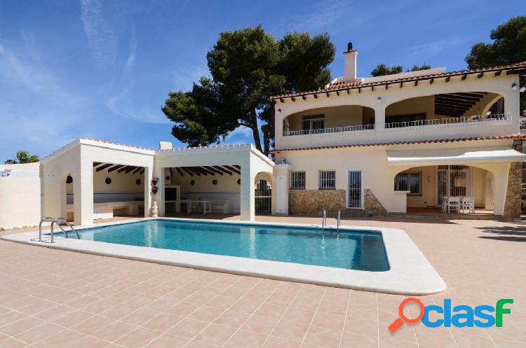 Villa reformada en venta en Moraira con vistas al mar