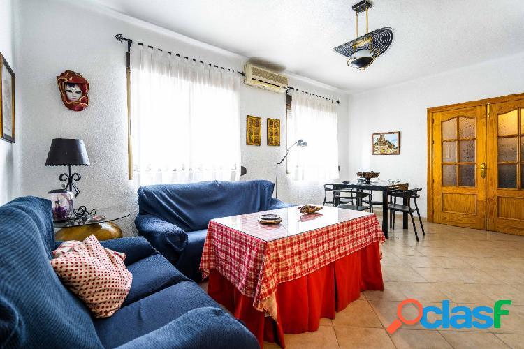 Viva en el centro de Almería en un amplio piso de cuatro