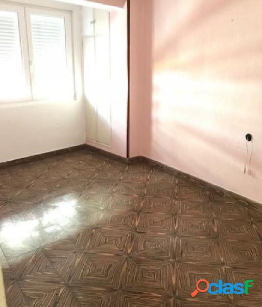 ¿un piso amplio y luminoso en el centro por sólo