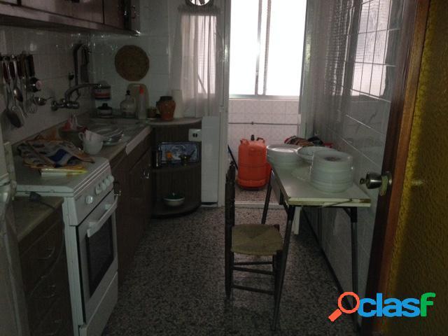 vivienda de tres dormitorios, dos baños, salon, cocina y