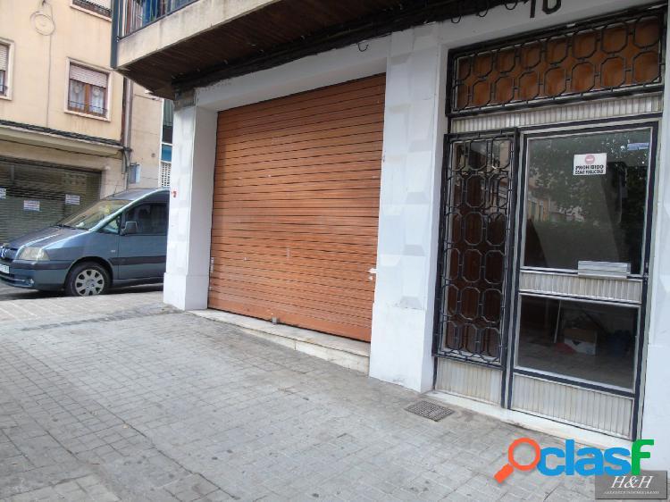 Se alquila bajo comercial en Zona Ayuntamiento. / HH