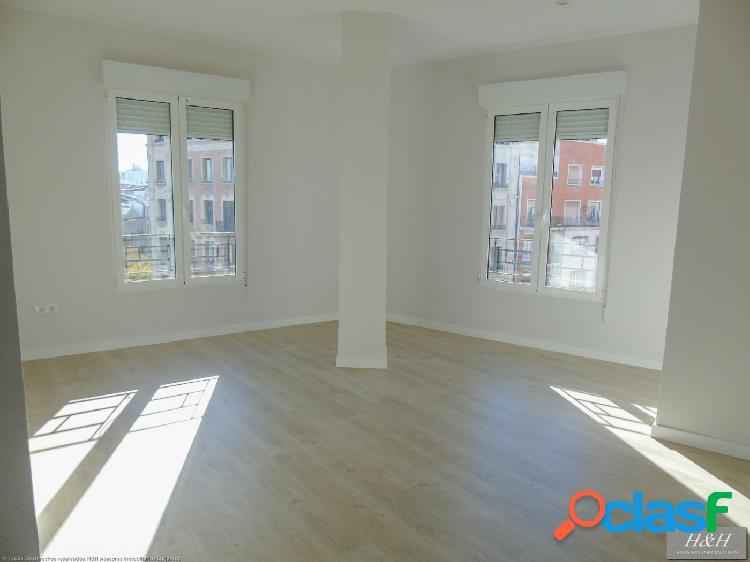 Se alquila piso reformado en centro de Valencia. / HH
