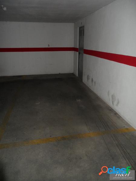 Se alquila plaza de aparcamiento con trastero. / HH