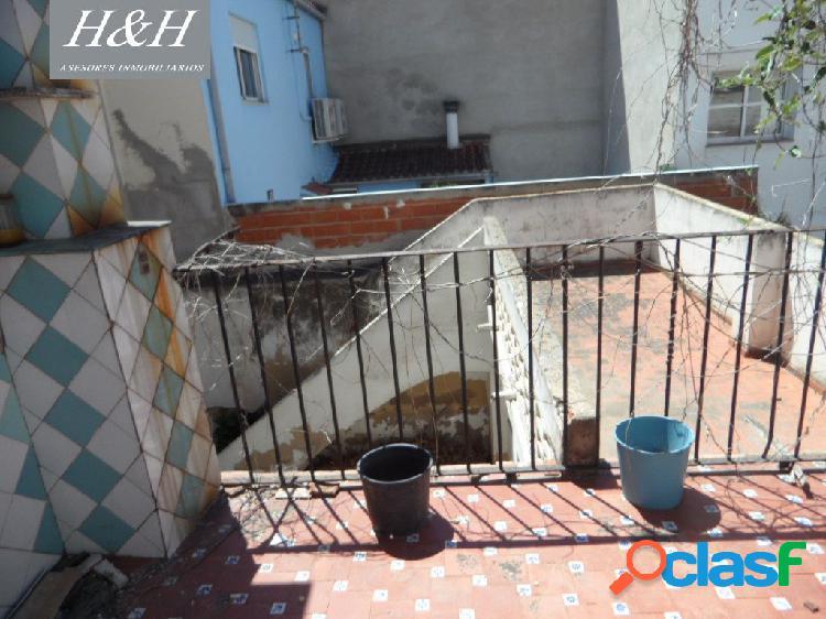 Se vende casa para reformar en Centro de Burjassot. / H H