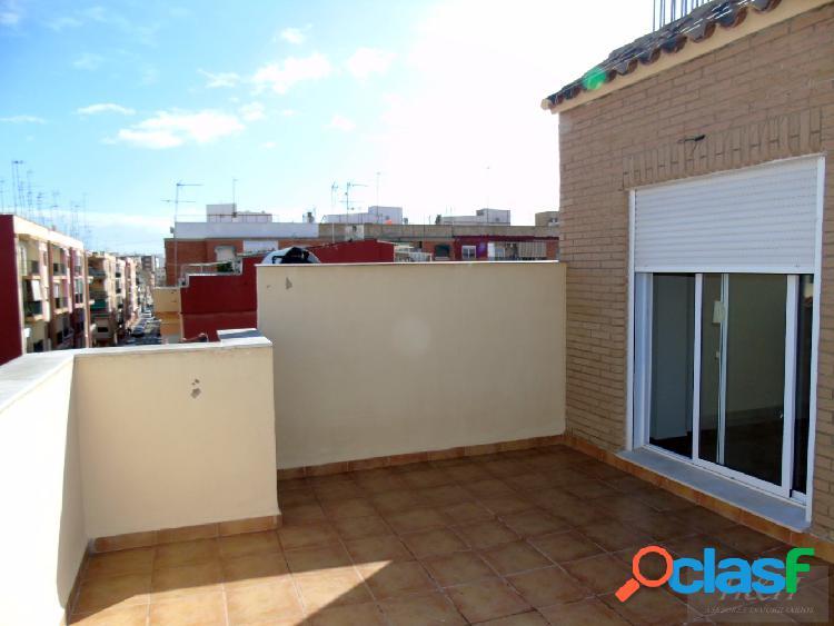 Se vende magnífico ático-duplex en Zona Rajolar. / H H