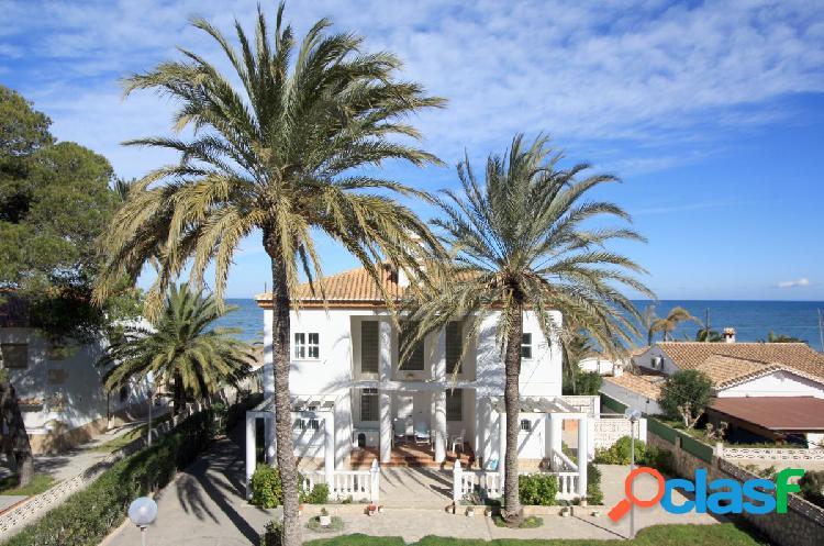 Espectacular villa en primera linea de la playa de Denia.