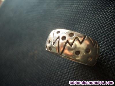 Anillo de plata maciza con diseño punzonado