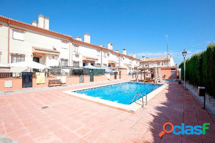 Casa adosada con 2 dormitorios en Urb. con piscina en