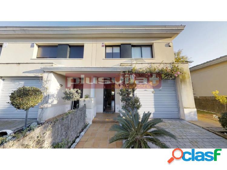 Casa adosada esquinera en venta Urbanizacion Santa Maria,