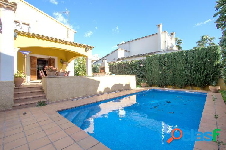 Chalet con piscina y jardín completamente amueblado en