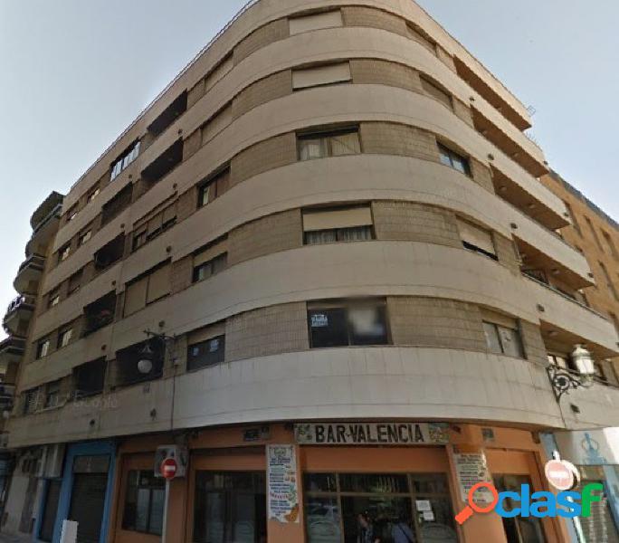 Se vende piso en primera planta de 3 habitaciones y 1 baño.