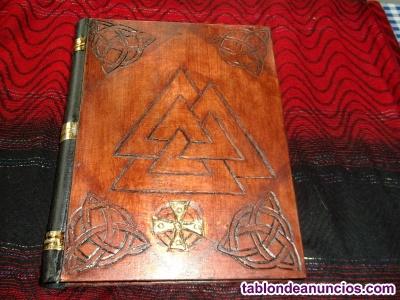 Libro con tapas de madera labrada a mano