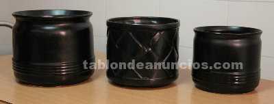 Conjunto de 3 maceteros de cerámica, acabado en negro.
