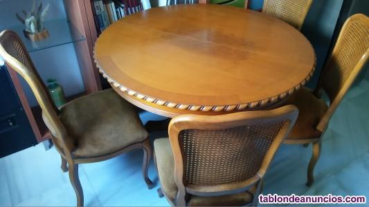 Mesa de madera maciza, tallada, y 4 sillas
