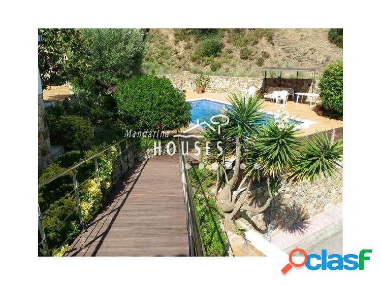 Casa con piscina y vistas al mar, andando a la playa, en