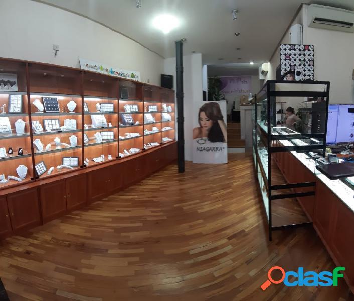 Local comercial con escaparate en calle Donoso Cortés