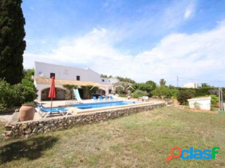 Precioso chalet de estilo mediterráneo con vistas abiertas