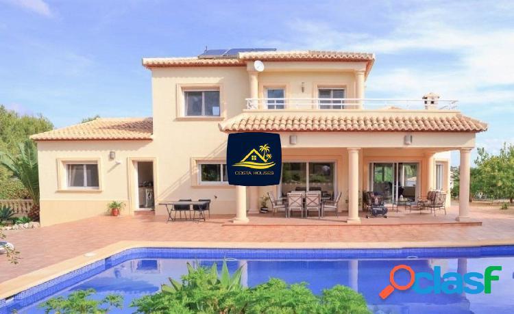 Villa Mediterránea en Javea sobre Soleada Parcela con