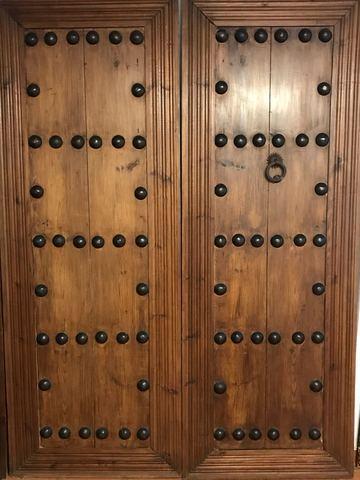 Puerta antigua de clavos negros Dos hojas.