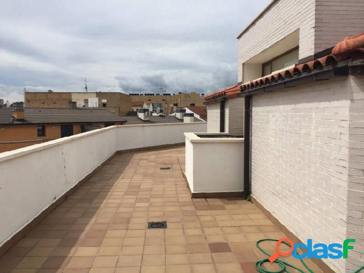 Ático Dúplex de 3 dormitorios, 2 baños y terraza de 80 m2