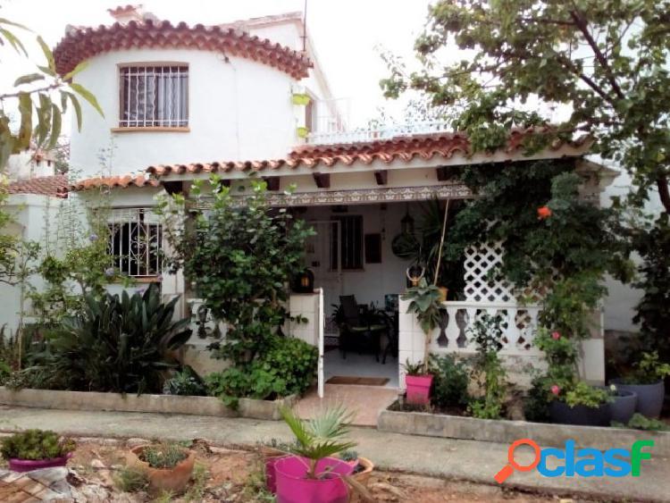 Casa adosada en urbanización con piscina a un paso del