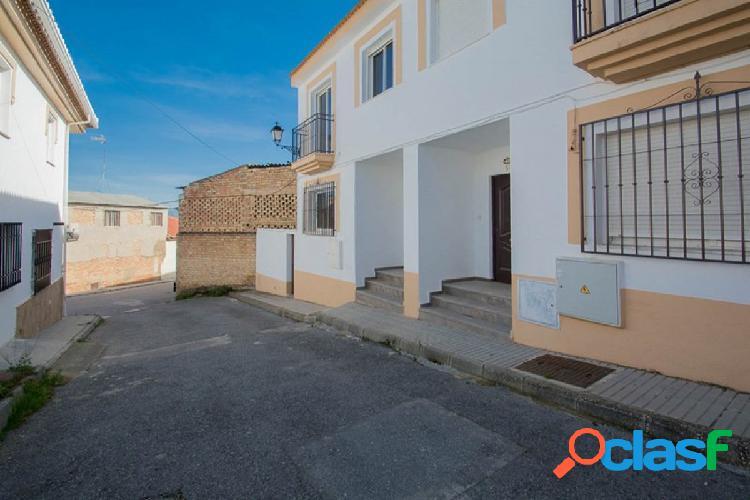 Casa adosada ubicada en el centro de Las Gabias,