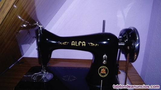 Maquina de coser antigua con mueble alfa