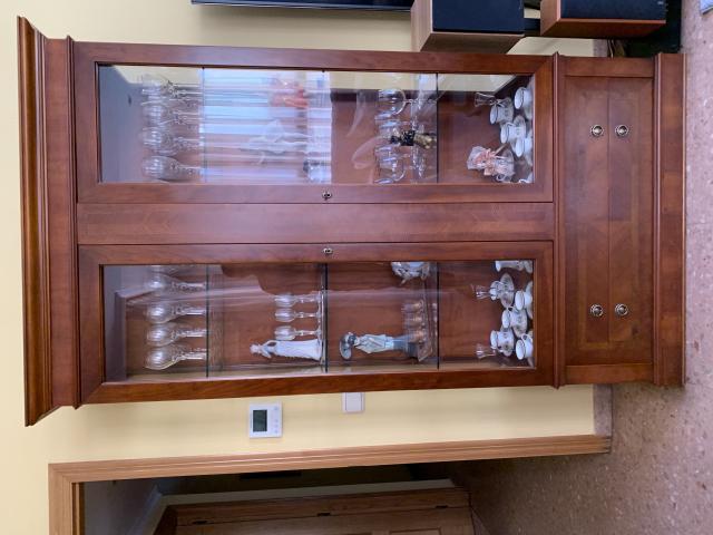 vitrina con puertas de cristal y aparador