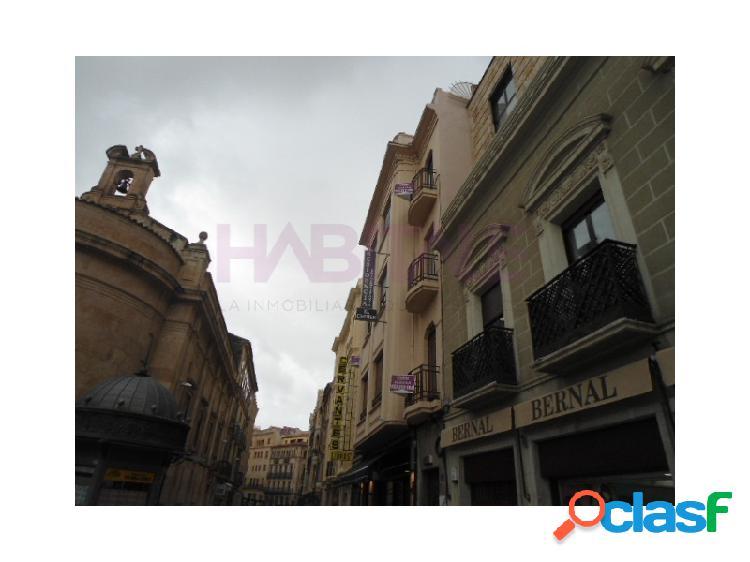 Se alquila edificio junto a Plaza de Santa Eulalia.