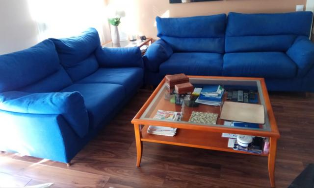 Sofás de 3 y 2 plazas tapizados en tela azul