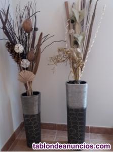 Jarrones de hierro y flores secas