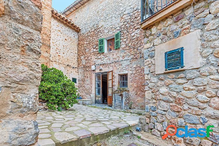 En venta casa de piedra con jardín en el centro del pueblo