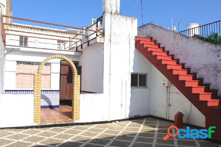 Amplia casa situada en el centro de Pilas.