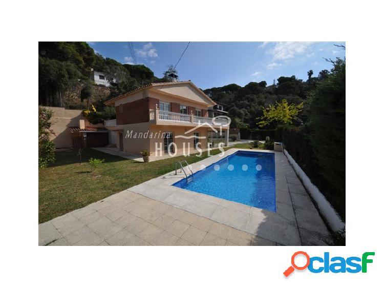 Casa con piscina a un paseo de la playa de Cala Canyelles,