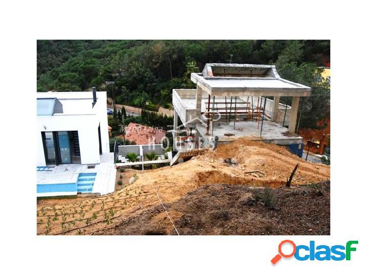 Casa en construcción en la urbanización Serra Brava de