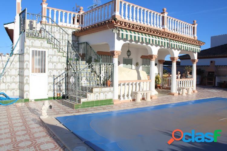 Chalet con piscina privada, zona de aparcamiento para 4