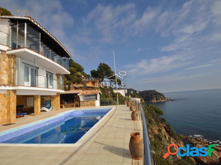 Finca de 7.000 m2 con villa independiente de 4 plantas en