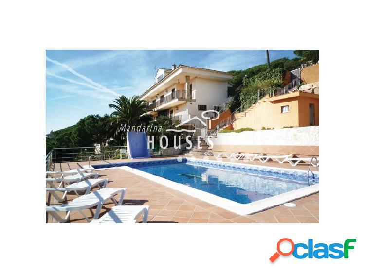 Villa en tres niveles con piscina y vistas al mar y a la
