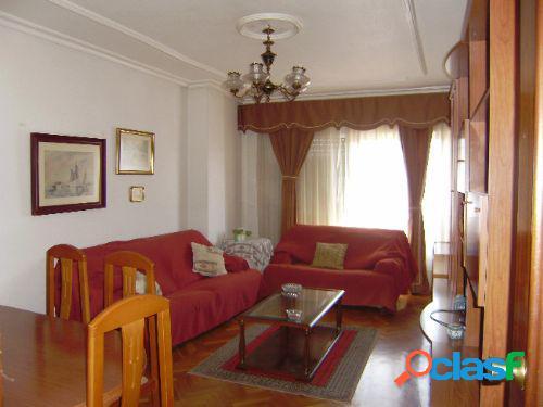 Piso de 3 dormitorios, 2 baños y garaje en Ensanche.